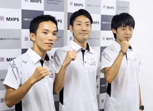 記者会見後にポーズをとるMHPSの3選手。左から井上大仁、木滑良、岩田勇治(21日、長崎市)=共同