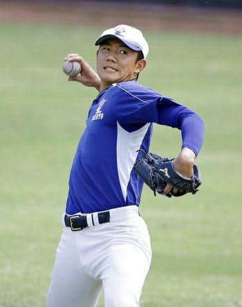 キャッチボールで調整する星稜・奥川(21日、大阪府豊中市)=共同