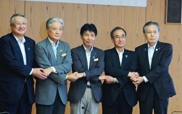 群馬、福島、茨城、栃木、新潟の5県の知事や副知事が会議に出席した(21日、前橋市)