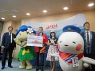 新就航路線をアピールする松本市と神戸市の関係者ら(松本市の松本空港)