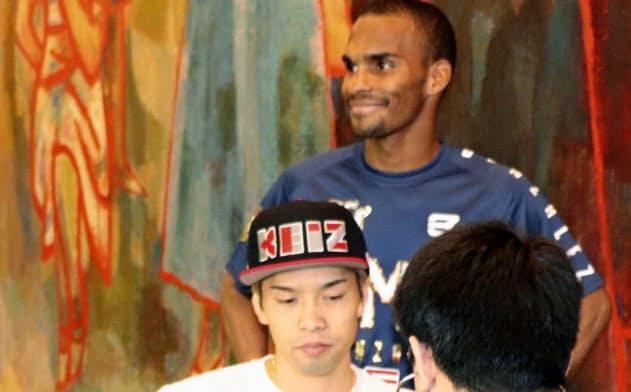 WBOフライ級戦の予備検診を受ける王者の田中恒成。奥は挑戦者のジョナサン・ゴンサレス(21日、名古屋市)=共同