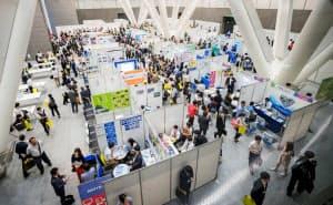 35歳を超えても好条件で転職する人が目立つ(東京都内で開かれた転職フェア)