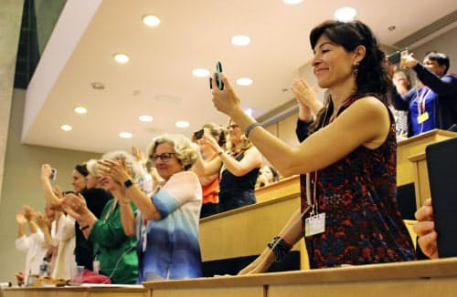 ILO総会でハラスメント禁止条約が採択され、喜ぶ出席者ら(6月、スイス・ジュネーブ)=共同