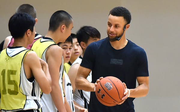 高校生向けのバスケットボールキャンプでアドバイスをするNBAウォリアーズのステフィン・カリー(東京都三鷹市)