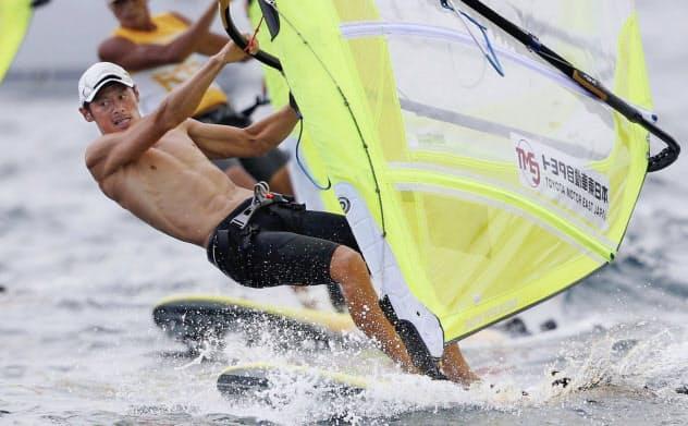 男子RSX級のメダルレースに出場した富沢慎=手前(21日、江の島ヨットハーバー沖)=共同