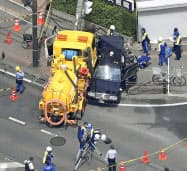 京都市南区の国道1号の交差点で起きたタクシーや作業車などが絡む事故(21日午前、共同通信社ヘリから)