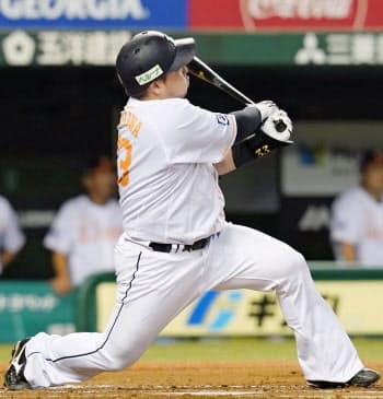 2回西武無死、山川が左越えに本塁打を放つ(21日、メットライフドーム)=共同