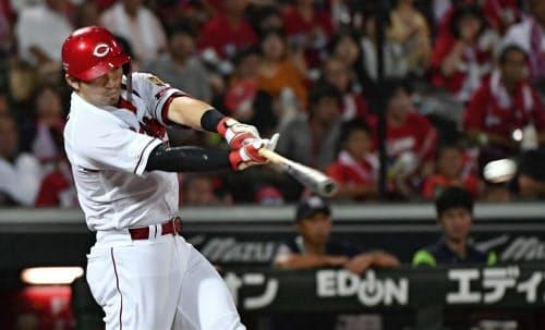 5回広島1死二塁、鈴木が左前に同点打を放つ(21日、マツダ)=共同