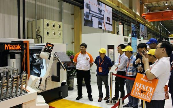 ヤマザキマザックが中国で開いた展示会では自動化装置に多くの人が集まった(銀川市)