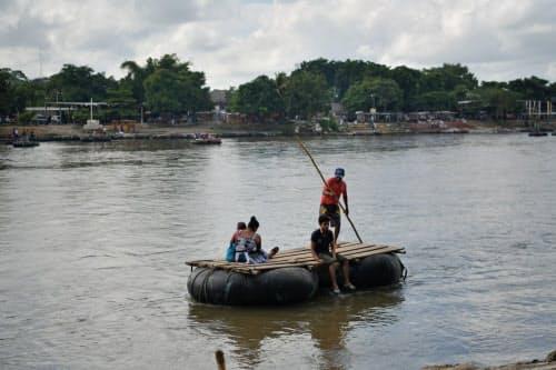 地元の人々は正式な入国管理を経ずに国境を通過する(メキシコ南部タパチュラ)