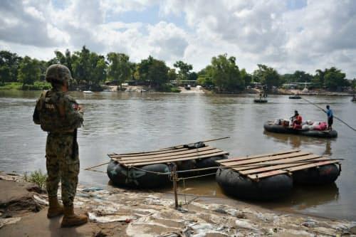 メキシコ側の川岸を警備する兵士(8月9日、メキシコ南部タパチュラ)