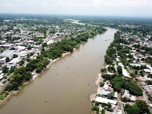 スチアテ川はメキシコとグアテマラの国境の交通の要所として無数の渡し船が往来する