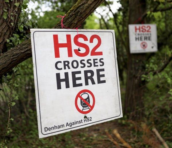 HS2計画の反対派が設置した看板(ロンドン郊外)=ロイター