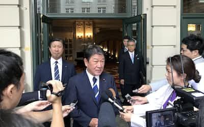 日米貿易交渉の閣僚級協議に臨む茂木経財相(21日、ワシントン)