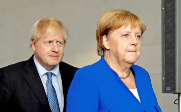 ジョンソン英首相をベルリンに迎えたメルケル独首相=ロイター