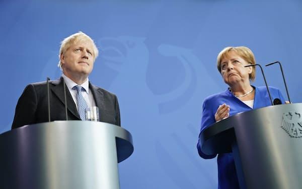 会談後に共同記者会見に臨むメルケル独首相(右)とジョンソン英首相=AP