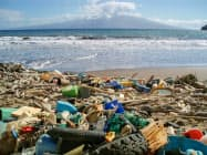 米ハワイの海岸に打ち上げられたさまざまなプラスチックごみ。マイクロプラスチックができる原因となる=米海洋大気局提供・共同