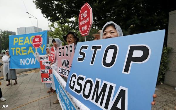 GSOMIAの破棄を求める市民団体(7月、ソウル)=AP