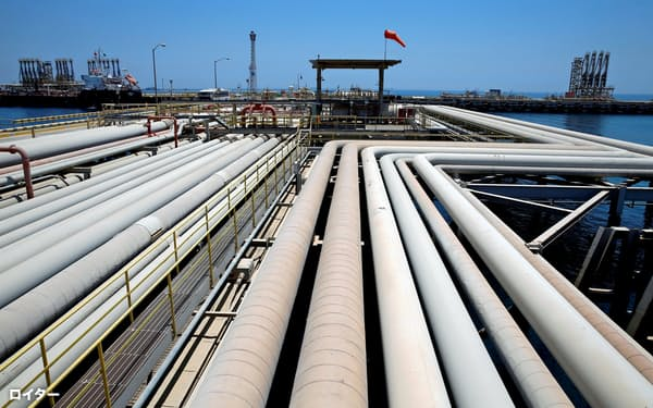 サウジアラムコの株式上場はサウジの最優先課題とされている(同社の石油精製所)=ロイター