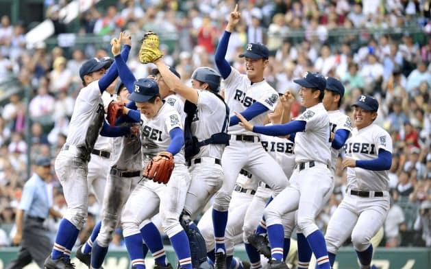 第101回全国高校野球選手権大会で初優勝を果たし、喜ぶ履正社ナイン(8月22日、甲子園球場)=共同