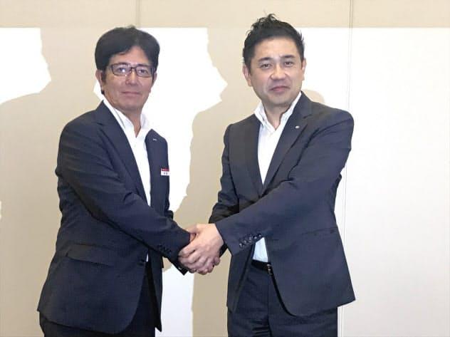 記者会見を開いたATグループの山口真史社長(右)と愛知トヨタ自動車の赤尾嘉彦社長(22日、名古屋市)