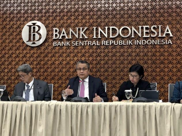 22日、ジャカルタのインドネシア中央銀行で記者会見するペリー総裁(中)