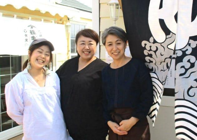 小野寺さん(中)ら地元の女性たちが銭湯の復活に奔走した
