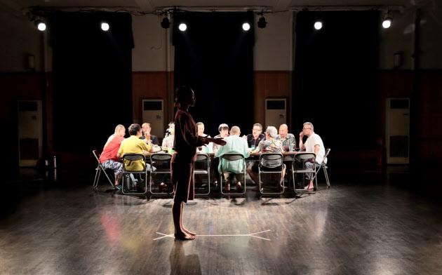 緻密な構成・演出で大半が初舞台となる出演者たちのリアルな言葉・表情を引き出した