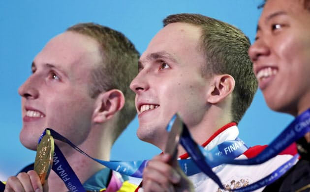 男子200メートル平泳ぎは史上まれに見るハイレベルな接戦だった。優勝したチュプコフ(中)、渡辺(右)=ロイター