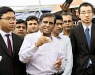 バングラデシュ南東部コックスバザールのロヒンギャ難民キャンプで、帰還作業について説明するバングラデシュ当局者(中央)=22日(共同)