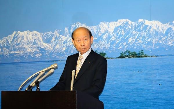 記者会見する富山県の石井隆一知事(22日、富山県庁)
