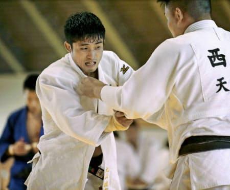 男子66キロ級の丸山城志郎(左)は充実一途。ライバルの阿部一二三から王座の奪取を狙う=共同