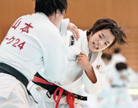 女子52キロ級の阿部詩(右)は連覇を果たせば激戦の五輪代表レースから抜け出す=共同