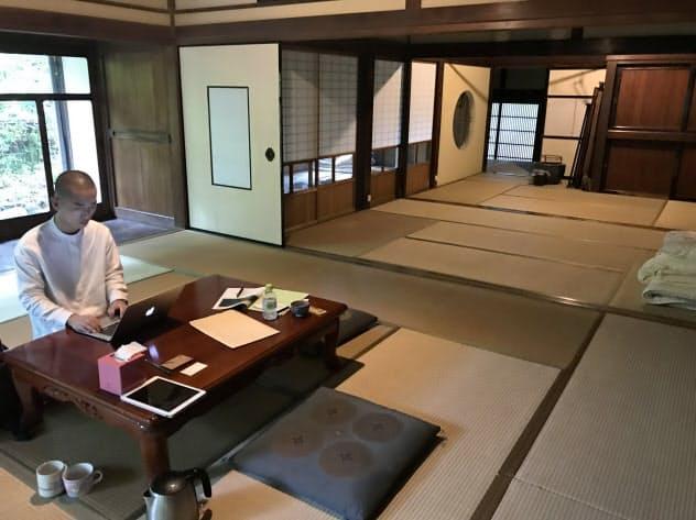 広い居間などを備えた古民家を有効利用する(愛媛県大洲市内)