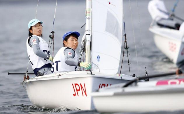 女子470級で総合4位に入った吉田(左)、吉岡組(22日、江の島ヨットハーバー沖)=代表撮影