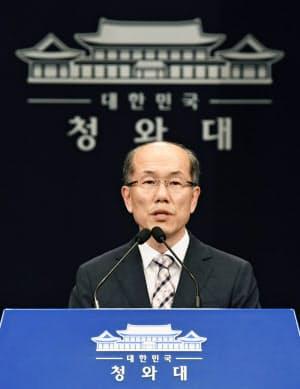 22日、日本と結んでいる軍事情報包括保護協定の破棄について記者会見する韓国大統領府の金有根・国家安保室第1次長(共同)