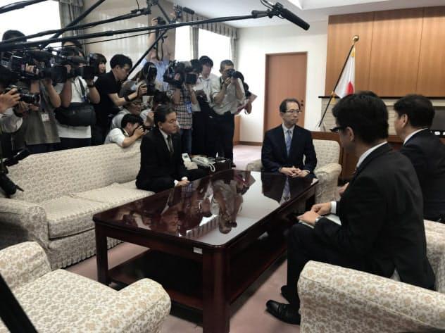 東電HDの小早川社長(右)から廃炉決定の報告を受ける内堀知事(中央)
