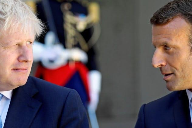 共同記者会見するマクロン仏大統領(右)とジョンソン英首相(左)=ロイター
