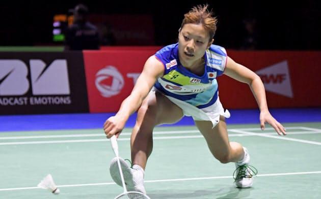 女子シングルス3回戦 韓国選手と対戦する奥原希望(22日、バーゼル)=共同