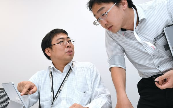 タニタにSEとして常駐するフリーランスの武藤有悟さん(左)(8月1日、東京都板橋区)