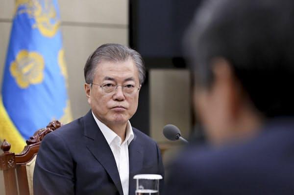 22日、青瓦台で日韓軍事情報協定について報告を受ける韓国の文大統領=韓国大統領府提供・AP
