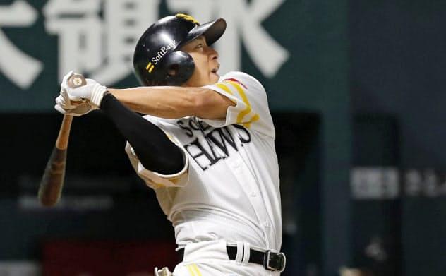 七回、ソフトバンクの柳田が左越えに本塁打を放つ=共同