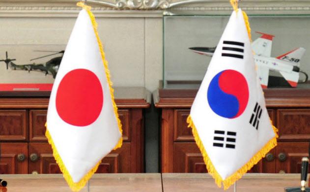 2016年11月、ソウルで日韓軍事情報包括保護協定に署名、締結する長嶺安政駐韓大使(左)と韓国の韓民求国防相=韓国国防省提供・共同