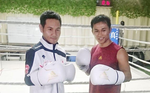 写真に納まる高山勝成(左)とイーグル・デーン・ジュンラパンさん(22日、大阪市)=共同