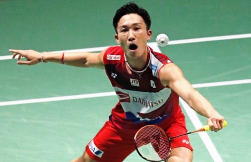 男子シングルス3回戦 インド選手と対戦する桃田賢斗(22日、バーゼル)=共同