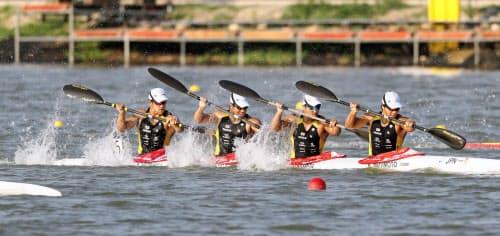 男子カヤックフォア500メートルで準決勝に進んだ(右から)水本、松下、宮田、藤嶋組(22日、セゲド)=共同
