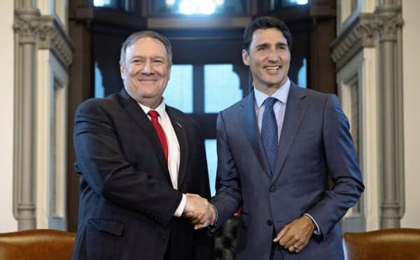 ポンペオ国務長官(左)はGSOMIA破棄に失望を表明した。右はカナダのトルドー首相(22日、オタワ)=AP