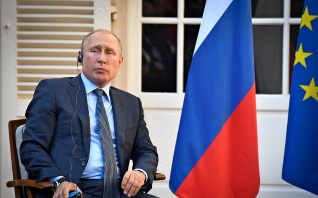 ロシアのプーチン大統領?#24076;?0などG7以外の枠組みを重視する考えを示した(19日、フランス南部ブレガンソン)=ロイター