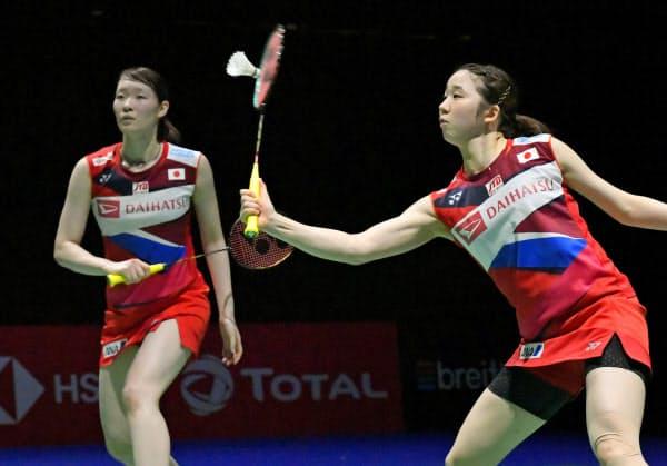 女子ダブルス3回戦 デンマークのペアと対戦する永原(右)、松本組(22日、バーゼル)=共同