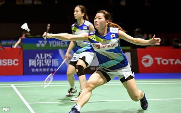 女子ダブルス3回戦 マレーシアのペアと対戦する高橋礼(手前)、松友組(バーゼル)=共同